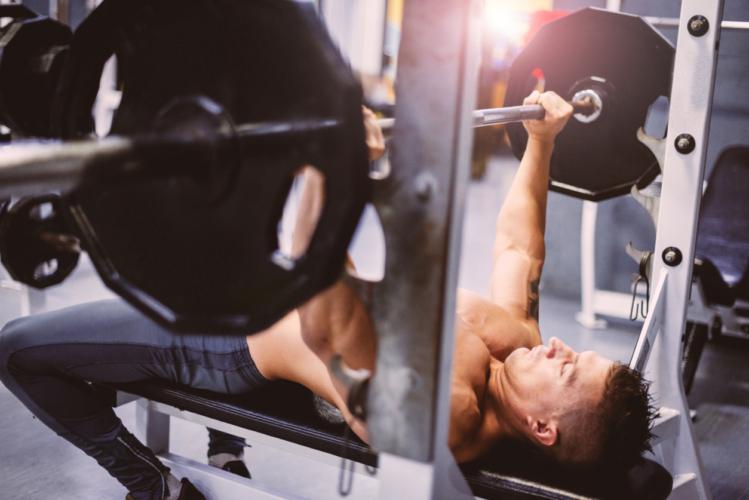 上腕三頭筋をダンベルで鍛える筋トレのメリット・デメリット